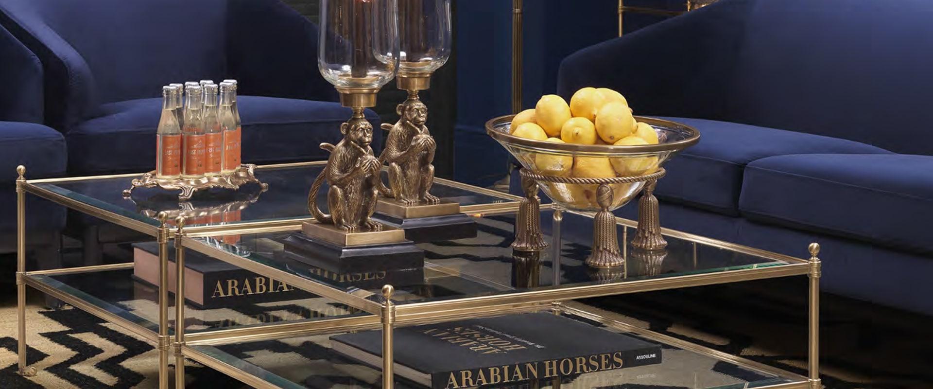 Simetria harmoniosa obtida com a duplicação de peças decorativas, como espelhos, livros, bustos, candelabros, abajures de seda, cristais, porcelanas e pratarias